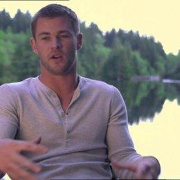 Chris Hemsworth über das in den See Springen - OV-Interview Poster