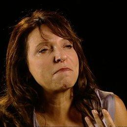 Susanne Bier über die ernsthaften Töne des Films - OV-Interview Poster