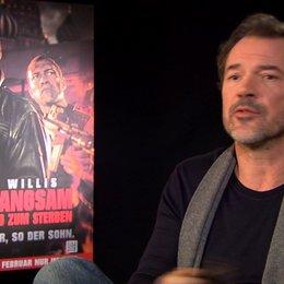 Sebastian Koch (Komarov) über die Arbeit mit Bruce Willis - Interview Poster