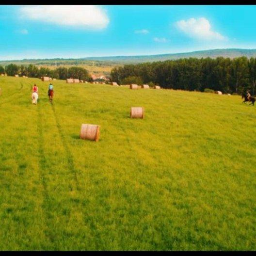 Bibi und Tina reiten über Felder - Szene Poster