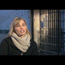 Leslie Bibb über Sarahs Gewissenkonflikt - OV-Interview Poster