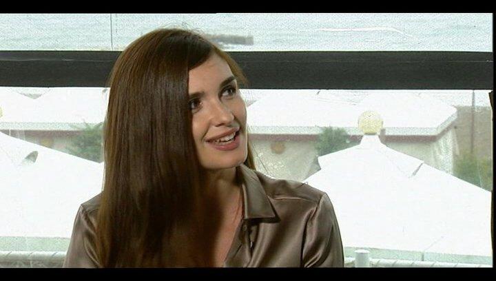 Paz Vega über die Arbeit mit der echten Antonella - OV-Interview Poster
