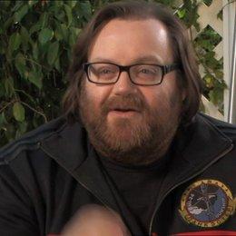 John Moore (Regisseur) über den weltweiten Maßstab - OV-Interview Poster