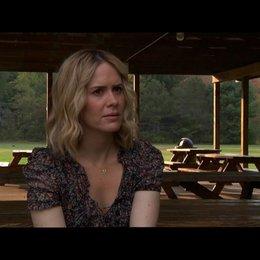 Sarah Paulson (Lucy) über das plötzliche Auftauchen von Martha - OV-Interview Poster