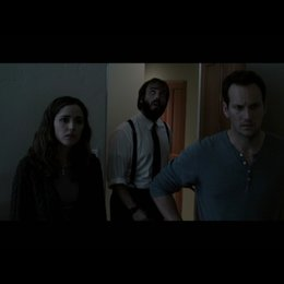 Elise (LIN SHAYE) untersucht die seltsamen Vorkommnisse in dem Haus der Lamberts - Szene Poster