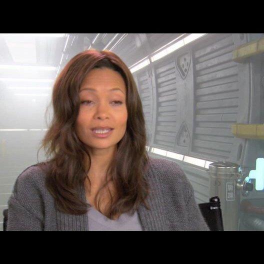 Thandie Newton über Roland Emmerich - OV-Interview Poster