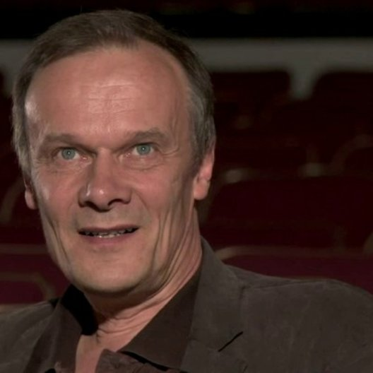 Edgar Selge - Frans Winther - über Sigrid Hörners Regiedebuet in der Königsklasse Komödie - Interview Poster
