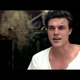 Finn Wittrock über die Unterschiede zwischen Mac und Louis - OV-Interview Poster