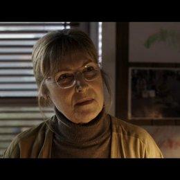 Grethe erzählt Lucas von den Vorwürfen gegen ihn - Szene Poster