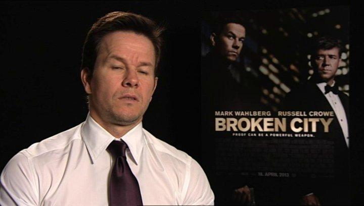 Mark Wahlberg daüber, ob er die Stunts selbst durchführt - OV-Interview Poster