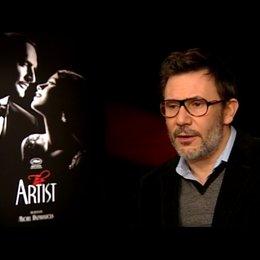 Michel Hazanavicius - Regisseur - über die Modernität der Geschichte - OV-Interview Poster