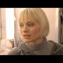 Mavie Hörbiger über die Ähnlichkeit mit ihrer Rolle - Interview Poster