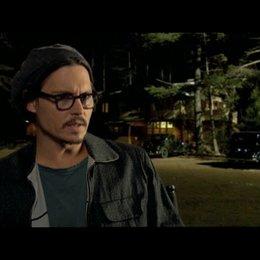 Johnny Depp über die Unterschiede zwischen Dillinger und Purvis - OV-Interview Poster