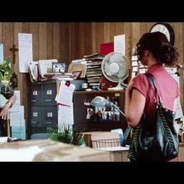 Stephanie fragt nach einem Job im Kautionsbüro ihres Cousins - Szene Poster