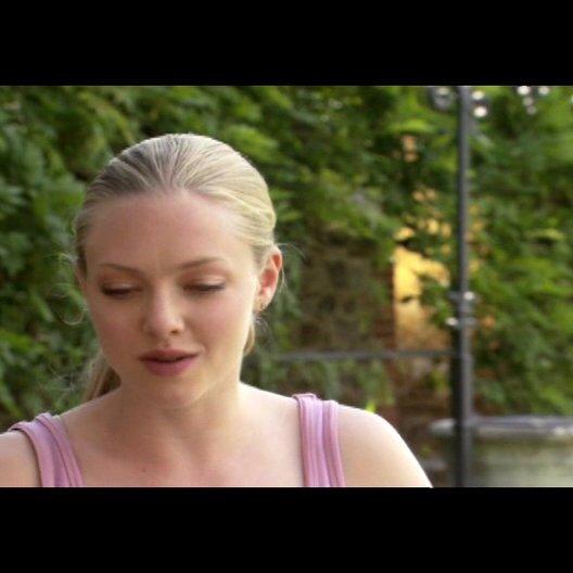"""AMANDA SEYFRIED - """"Sophie"""" über wie """"Claire"""" und """"Charlie"""" """"Sophie"""" beeinflussen - OV-Interview Poster"""