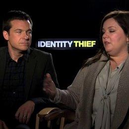 Jason Bateman und Melissa McCarthy über Roadmovie Anleihen - OV-Interview Poster