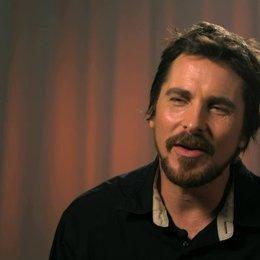 Christian Bale - Irving Rosenfeld -  über Irving Rosenfeld - OV-Interview Poster