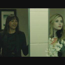Celeste lernt Riley Banks auf der Toilette kennen - Szene Poster