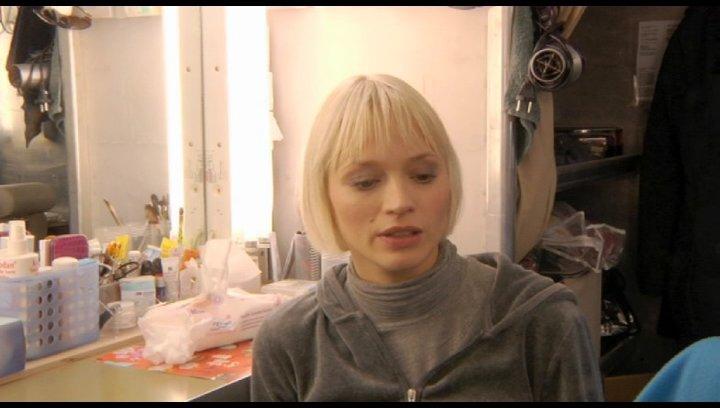Mavie Hörbiger über ihre Besetzung - Interview Poster