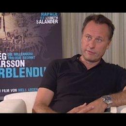 Michael Nyqvist über das Herausfordernde an der Rolle des Mikael Blomkvist - OV-Interview Poster