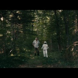 Robot und Frank machen gemeinsam einen Spaziergang im Wald - Szene Poster