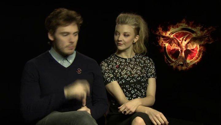 Sam Claflin - Finnik Odair - und Natalie Dormer - Cressida - über die zusammenhängende Verfilmung beider Teile - OV-Interview Poster