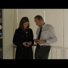 Sophie und Marc lernen sich auf der Arbeit von Marc kennen - Szene Poster