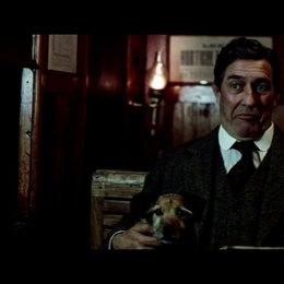 Arthur Kipps trifft im Zug auf Mr Daily - Szene Poster