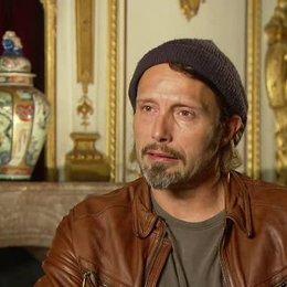 Mikkelsen über seine Rolle - OV-Interview Poster
