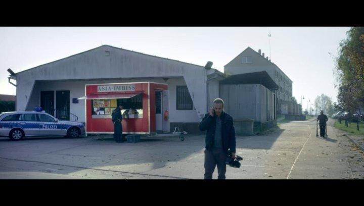 Reporter Florian Meier ist in Prittwitz einer brisanten Geschichte auf der Spur - Szene Poster