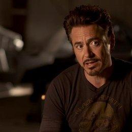 Robert Downey Jr - Tony Stark - Iron Man über Tony Stark und seine Zusammenarbeit mit den Avengers - OV-Interview Poster