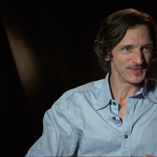 "John Hawkes - ""Mark O'Brien"" über den Regisseur Ben Lewis - OV-Interview Poster"