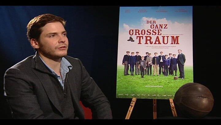 Daniel Brühl (Konrad Koch) darüber was man aus dem Film mitnimmt - Interview Poster
