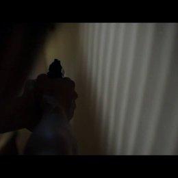 Brian durchsucht mit gezogener Waffe sein Haus - Szene Poster