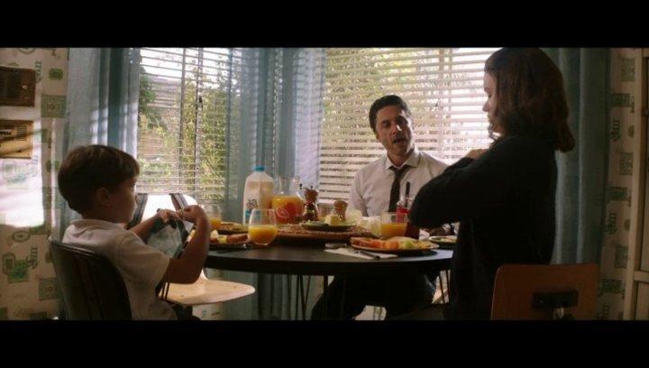 Aidan und Sarah Bloom beim gemeinsamen Frühstück - Szene Poster