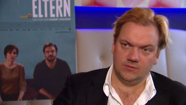Charly Hübner über seine Rolle, die Vertrautheit des Themas und Paraschiva Dragus - Interview Poster