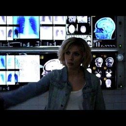 Lucy zwingt den Arzt, sie zu operieren - Szene Poster