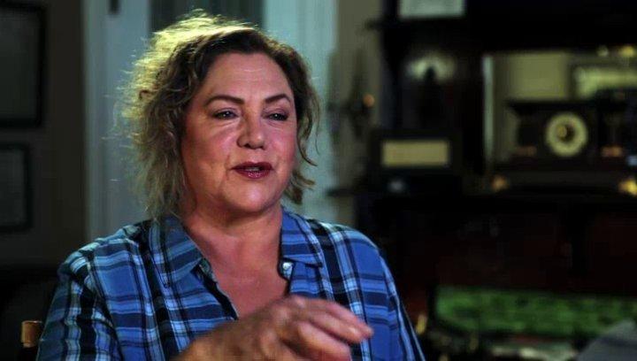 Kathleen Turner über das Spielen einer typischen Kathleen Turner Rolle - OV-Interview Poster