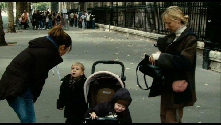 Eine Frau, die ihr Kind schüttelt, wird festgenommen - Szene Poster