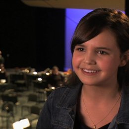 Bailee Madison (Harper Simmons) über die Arbeit mit Billy Crystal - OV-Interview Poster