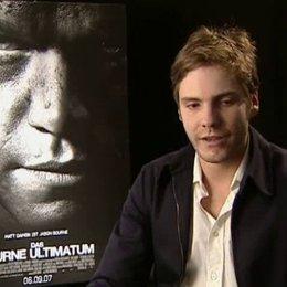 Daniel Brühl (Martin Kreutz) über seine Rolle, das Besondere an dem Film und das Synchronisieren der eigenen Stimme. - OV-Interview Poster