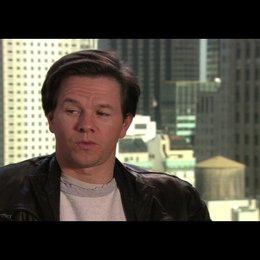 """Mark Wahlberg - """"Terry Hoitz"""" über seine Rolle* - OV-Interview Poster"""