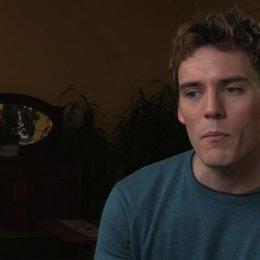 Sam Claflin über die Entwicklung seiner Figur im Film - OV-Interview Poster