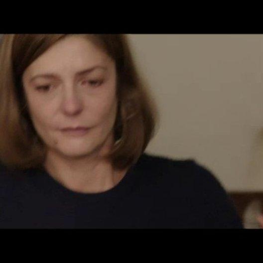 Sylvie zieht mit ihrem Mann in die USA und trifft sich mit ihrer Mutter und ihrer Schwester Sophie zum traurigen Abschied zum Essen - Szene Poster