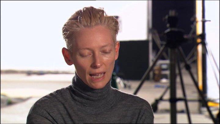 Tilda Swinton über die weiße Hexe als Oberbösewicht - OV-Interview Poster