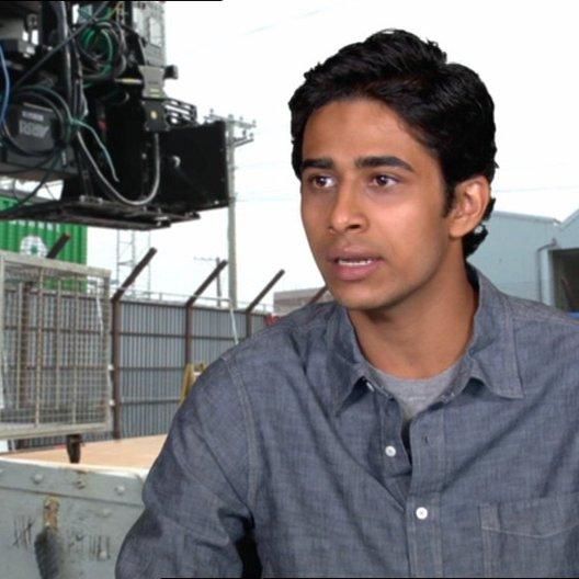 """Suraj Sharma - """"Pi Patel"""" über den Regisseur Ang Lee - OV-Interview Poster"""