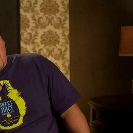 Jon Favreau - Happy Hogan - über die Chemie zwischen Robert Downey Jr und Gwyneth Paltrow - OV-Interview Poster