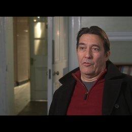 CIARAN HINDS -Roy Bland- über den Regisseur - OV-Interview Poster