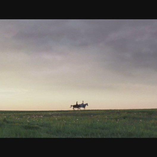 Strünsee und Caroline reiten in rasantem Tempo über eine Wiese - Szene Poster