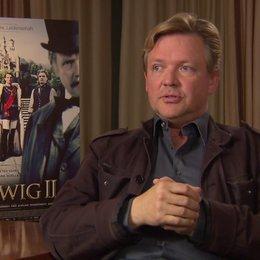 Justus von Dohnanyi darüber, was er an der Geschichte Ludwigs spannend findet - Interview Poster
